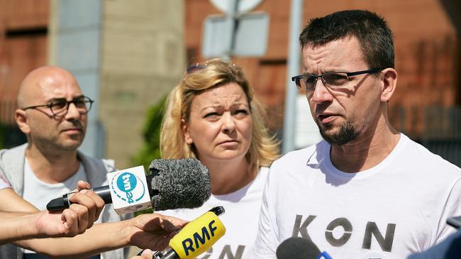Czlonkowie Komitetu Obrony Demokracji przyznali sie do ubrania pomnika Lecha Kaczynskiego w Szczecinie w koszulke z napisem Konstytucja