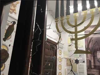 Atak na synagogę w Gdańsku. W trakcie modlitwy wybito szybę kamieniem