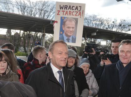 Donald Tusk w drodze na przesluchanie w warszawskiej Prokuraturze Okregowej