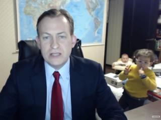 Profesor udziela wywiadu, nagle wchodzą dzieci. To wideo wywołało dyskusję o... rasizmie