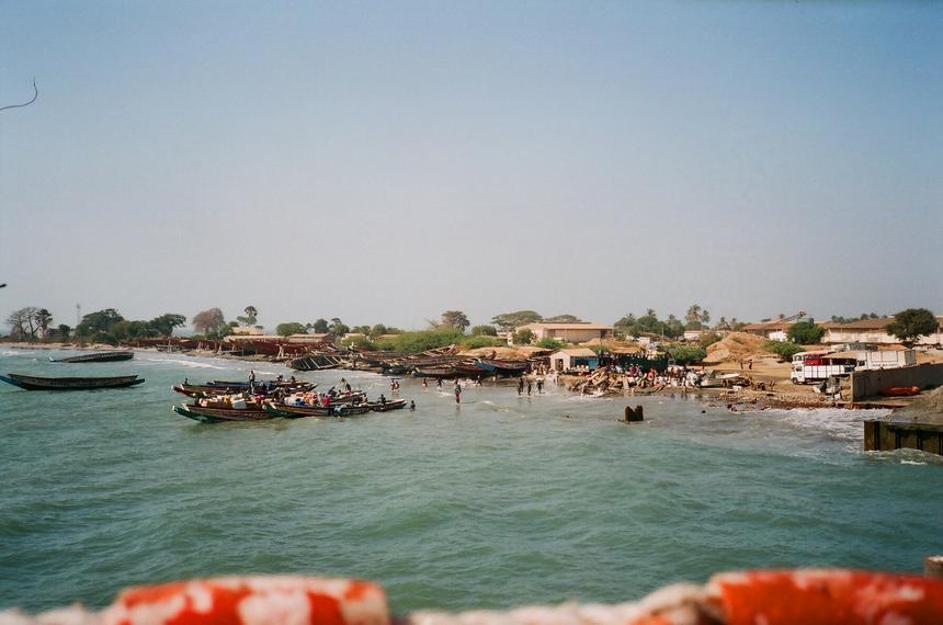 Jedynym sposobem na przekroczenie rzeki Gambii, która dzieli kraj na pół jest podróż promem lub mniejszymi, kolorowymi łódkami.