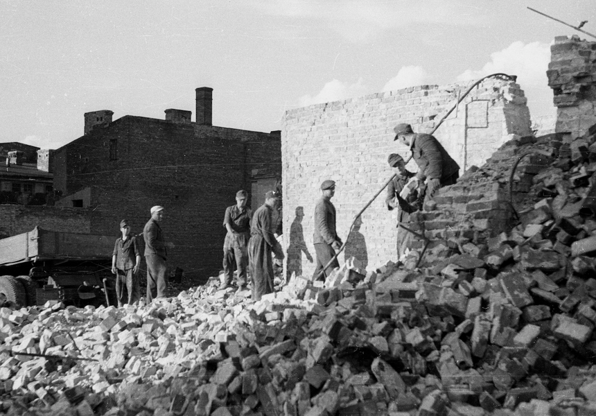 Obozy funkcjonowały także w Warszawie. Przetrzymywani w nich jeńcy niemieccy pomagali warszawiakom odbudować stolicę.