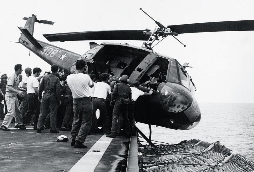 Uchodźców było tak wielu, że helikoptery trzeba było spychać za burtę, żeby zrobić miejsce następnym. Morze Południowochińskie, maj 1975 r.