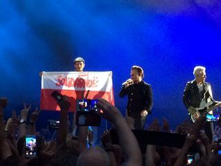 U2 komentuje sytuację w Polsce. Flaga Solidarności na koncercie