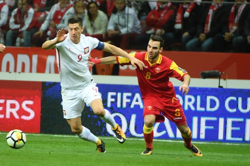 Robert Lewandowski walczy o piłkę z Marko Jankovićem