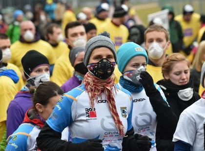 uczestnicy biegu na trasie