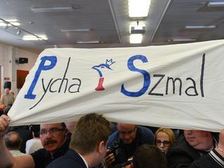 Przepychanki na spotkaniu z Morawieckim. Premier w asyście policji opuścił salę