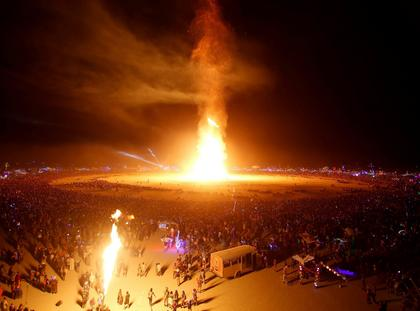 Płonąca kukła podczas finału festiwalu Burning Man w USA. 2 września.