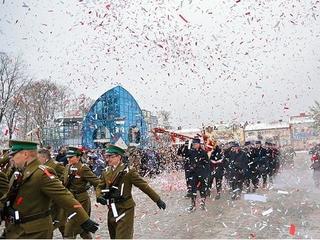 Konfetti podczas obchodów święta niepodległości w Augustowie