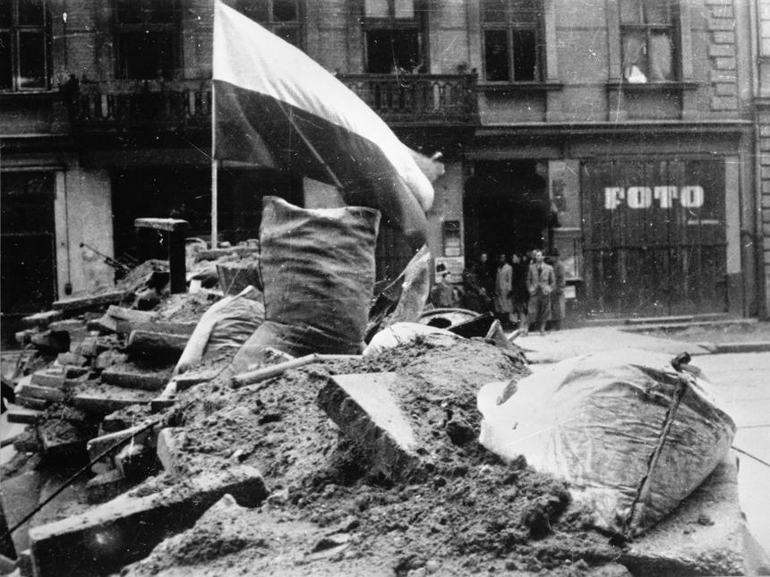 Jedna z setek powstańczych barykad, które wznieśli walczących podczas Powstania Warszawskiego