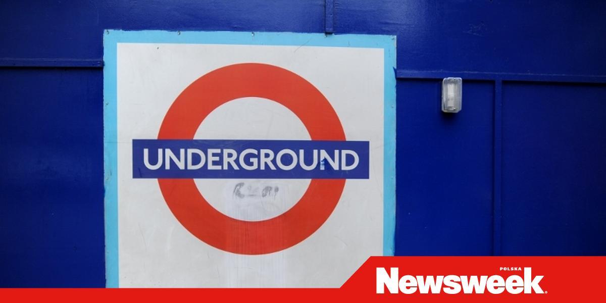 8063c6b1ab802 ... godziny 11.00 na stacji Oxford Circus, która znajduje się na brązowej  linii metra. Grupa od ośmiu do dwunastu osób zaczepiła na peronie dwóch  mężczyzn, ...
