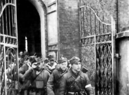 Kompania Szturmowa 3 Brygady Wileńskiej AK wychodzi z kościoła w Turgielach