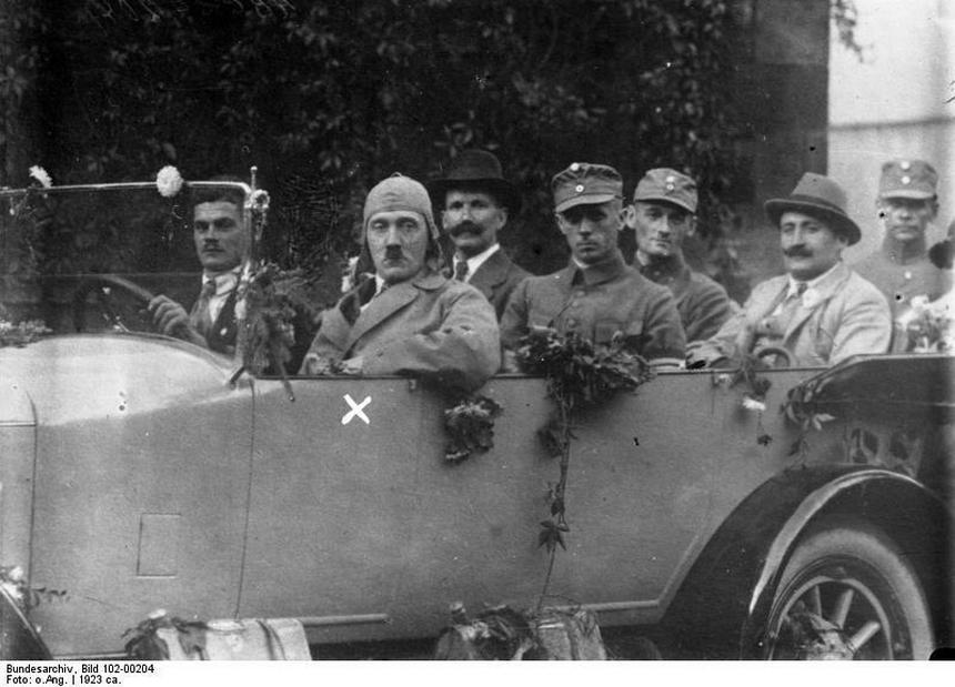 Hitler (za kierownicą) wraz ze swoimi zwolennikami. Zdjęcie wykonano w 1923 r., przed puczem monachijskim. Późniejszy przywódca III Rzeszy nie miał wtedy praktycznie żadnego majątku