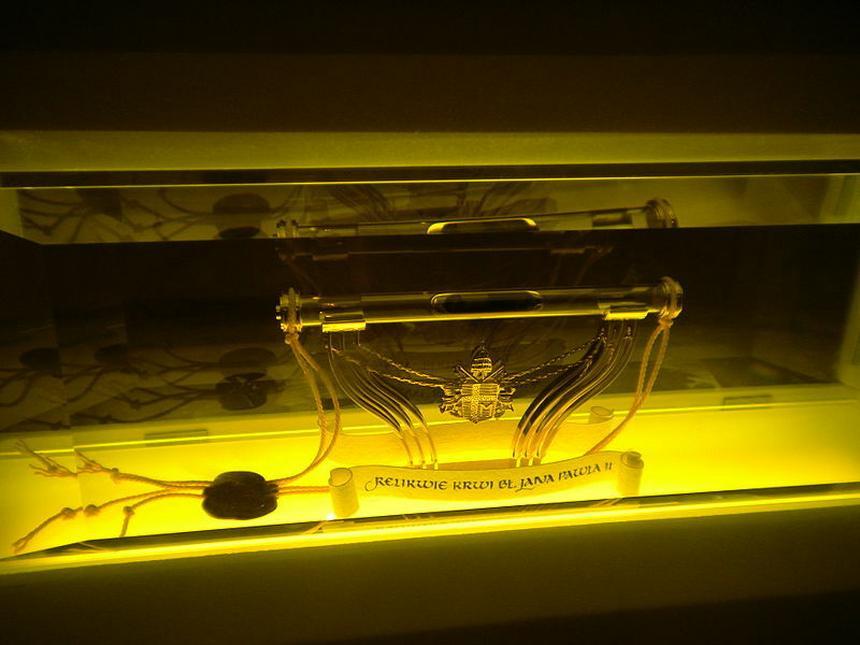 Relikwiarz z ampułką zawierająca krew św. Jana Pawła II