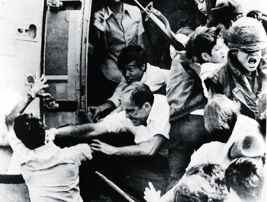 Helikoptery piechoty morskiej zabierały dyplomatów, pracowników cywilnych, a także niektórych Wietnamczyków. Ameryka uciekała z Wietnamu z podkulonym ogonem. Na zdjęciu ewakuacja ambasady w Sajgonie, maj 1975 r.