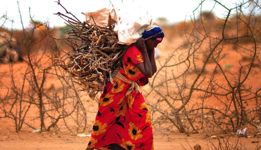 """""""Sytuacja w Dadaab od lat się nie zmieniła. Obóz stoi jak stał, a ludzie utknęli w nim na lata i nie mają innego wyboru poza życiem za murami przy minimum egzystencji albo powrotem do kraju, gdzie ciągle trwa wojna""""."""