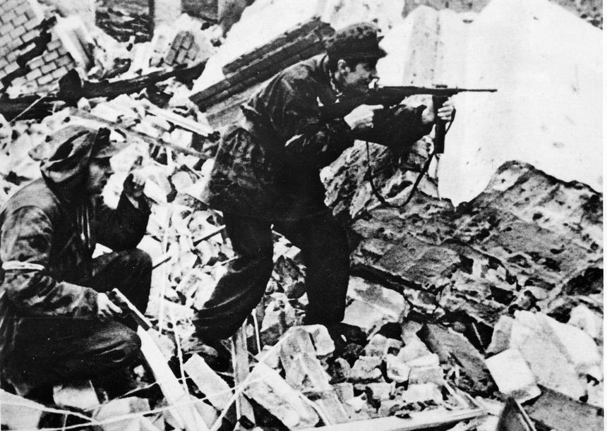 Powstańcy z bronią w czasie walk o Warszawę.