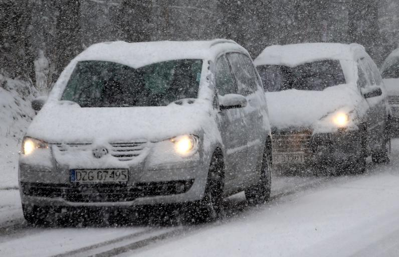 trudne warunki drogowe śnieg zima samochody