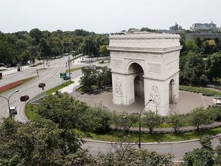 Minister Gliński buduje Łuk Triumfalny