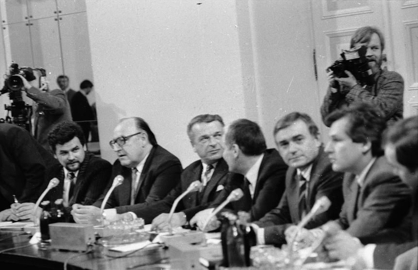 6 lutego 1989 roku. Strona rządowa na obradach Okrągłego Stołu. Od prawej m.in.: Aleksander Kwaśniewski, Leszek Miller, Czesław Kiszczak (3P), Stanisław Ciosek (4P), Zbigniew Sobotka (1L). amw PAP/CAF/