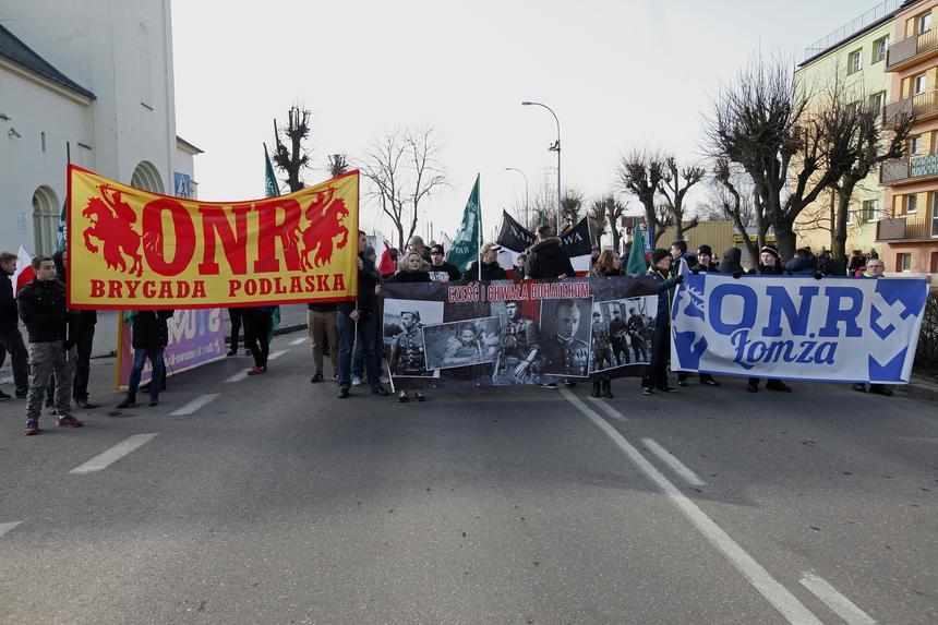 """Członkowie ONR uczestniczą w Hajnowskim Marszu Pamięci Żołnierzy Wyklętych w Hajnówce. Przeciwko marszowi, który upamiętniał m.in. oskarżanego o zbrodnie Romualda Rajsa """"Burego"""", protestowali przedstawiciele mniejszości białoruskiej"""