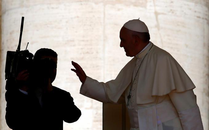 Papież Franciszek błogosławi pielgrzymów przed audiencją generalną na Placu św. Piotra