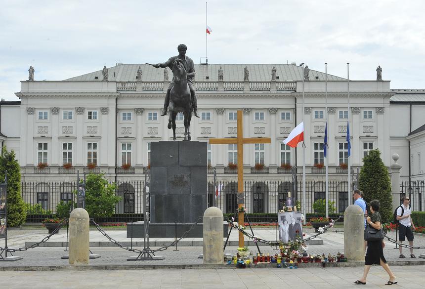 Pomnik księcia Józefa Poniatowskiego przed Pałacem Prezydenckim w Warszawie. W 2010 roku miała tu miejsce tzw. walka o krzyż. on Sunday.
