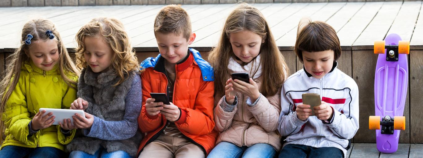 smartfon dziecko dzieci telefon