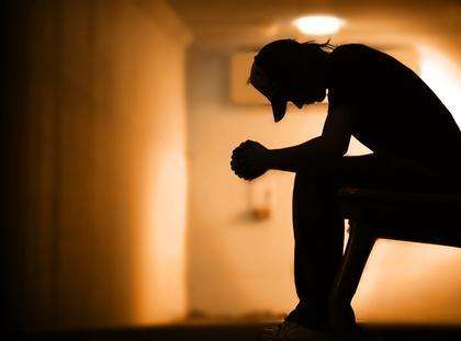 Depresja smutek narkotyki nałogi uzależnienia alkoholizm mężczyzna