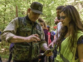 Strażnicy leśni uczą się pałowania od policji
