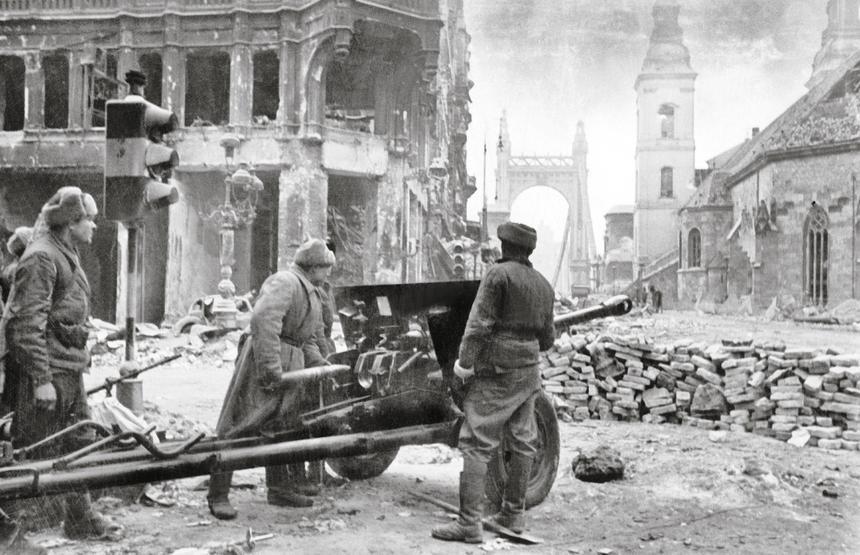Sowiecka artyleria na ulicach Budapesztu, luty 1945 r.