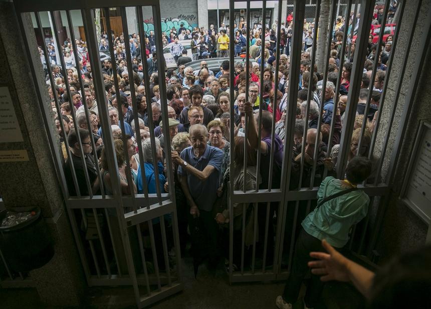 Katalończycy czekają w kolejce do lokalu wyborczego