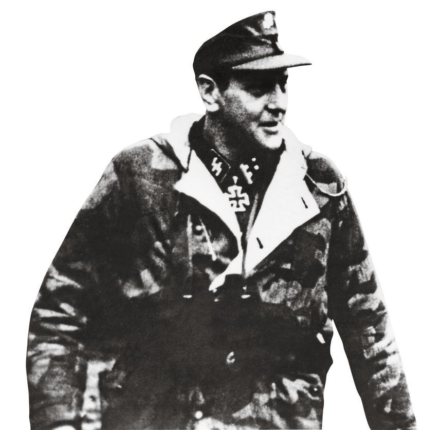 """Otto Skorzeny (na zdjęciu z lutego 1945 r.) wsławiony akcją odbicia Benita Mussoliniego grał jedną z głównych ról w operacji """"Panzerfaust"""" mającej na celu odsunięcie od władzy regenta Horthyego i uniemożliwienie Węgrom przejście na stronę aliantów."""