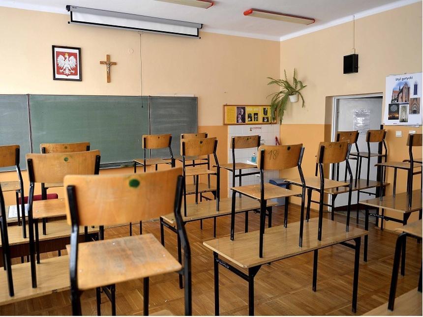 """Wydaje się, że to oczywiste, że komunikacja powinna być nastawiona na dialog i na słuchanie drugiego człowieka. Ale nie w szkole. Tu nauczyciel nie rozmawia z uczniem, mówi mu nawet wprost """"ja z tobą nie rozmawiam, ja do ciebie mówię""""."""