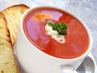 Pomidory na talerzu – proste sposoby na zupę pomidorową