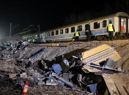 Sprzątanie na miejscu katastrofy pod Szczekocinami, katastrofa kolejowa, pociąg, tragedia, ofiary