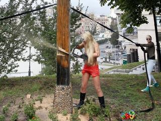 FEMEN ściął krzyż ofiar NKWD w Kijowie