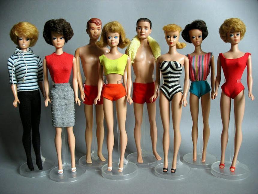 Lalka w stroju kąpielowym w biało-czarne pasy to pierwsza wyprodukowana przez Mattel Barbie. Na zdjęciu lalki, które pojawiły się na rynku od roku 1959 do końca lat 60. (kolekcja prywatna).