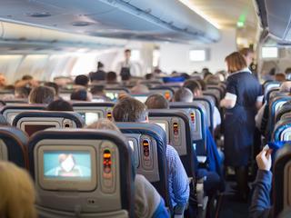 Spuchnięte nogi, bóle brzucha, trądzik. Jak radzić sobie z wadami latania samolotem?