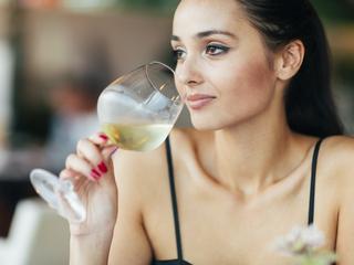 Wino wygrywa z tłuszczem. Schudniesz pijąc lampkę dziennie