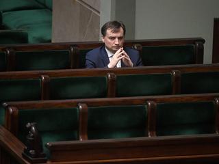 PiS - ku zaskoczeniu opozycji - wstrzymuje egzekucję sądownictwa. Dlaczego?