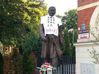 Wszystkich nas nie zamknięcie. KOD ubrał Lecha Kaczyńskiego. Dlaczego?