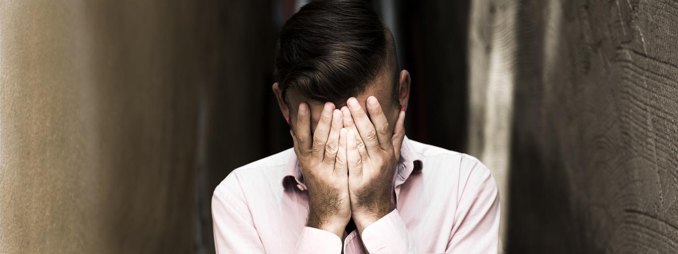 mężczyzna ręce smutek depresja