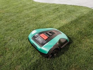 Nie lubisz kosić trawnika? Te maszyny zrobią to za ciebie!