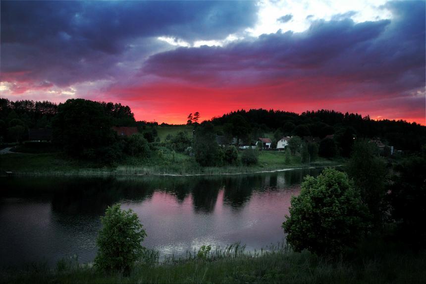 Chmury burzowe i zachód słońca nad jeziorem Rapaty na Mazurach