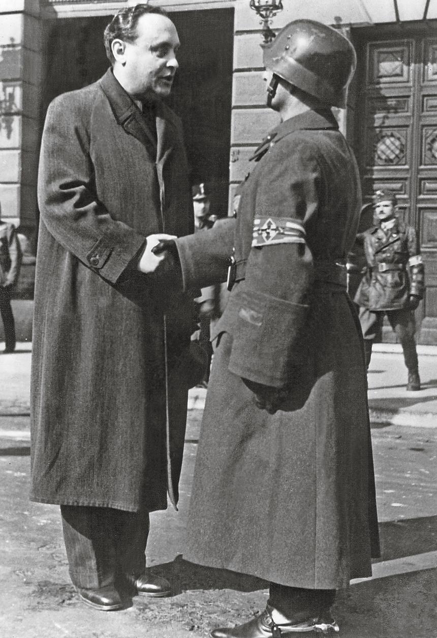 Ferenc Szálasi, przywódca strzałokrzyżowców i premier Węgier, wita dowódcę straży przed Ministerstwem Wojny, 6 listopada 1944 r.
