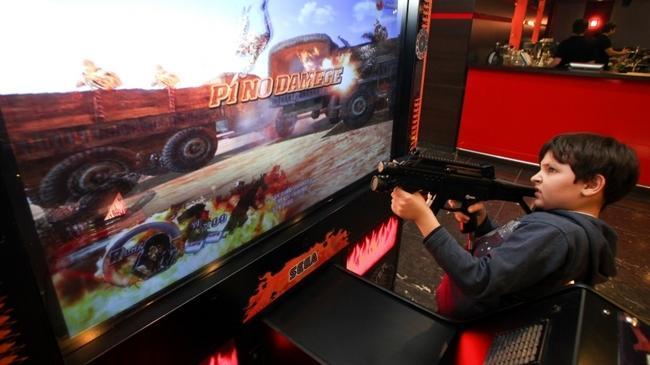 Chłopak gra w grę komputerową