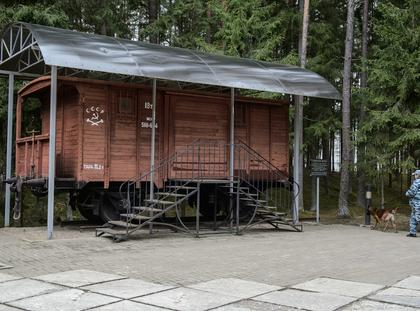 wagon obok którego stanęły tablice
