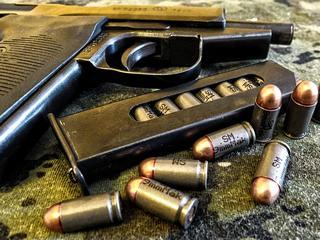 Dziennikarz handlował bronią. Gigantyczny skandal w USA