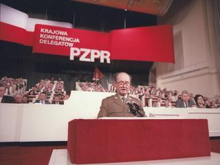 """Jak się zostawało władcą PRL-u? Czasami Moskwa """"brała do ręki pałę"""""""